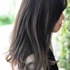 アッシュグレイ ロング バレイヤージュ スウィングレイヤー ヘアスタイルや髪型の写真・画像