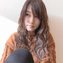 波ウェーブ イルミナカラー アッシュグレージュ フェミニン ヘアスタイルや髪型の写真・画像