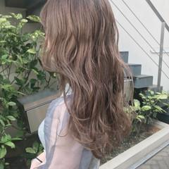 ミルクティーベージュ 波巻き ベージュカラー ダブルカラー ヘアスタイルや髪型の写真・画像