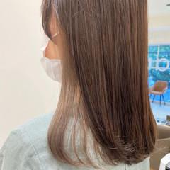 インナーカラーシルバー ミルクティーベージュ イヤリングカラーベージュ セミロング ヘアスタイルや髪型の写真・画像