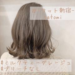 ミルクティーグレージュ ミディアム ベージュ ナチュラル ヘアスタイルや髪型の写真・画像