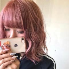 ミディアム ピンク ベリーピンク ブリーチカラー ヘアスタイルや髪型の写真・画像