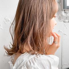 ベージュ レイヤーカット ミディアム デート ヘアスタイルや髪型の写真・画像