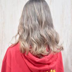 ホワイトグレージュ セミロング モード ホワイトブリーチ ヘアスタイルや髪型の写真・画像