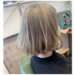 ホワイトベージュ ホワイトグレージュ フェミニン ホワイトアッシュ ヘアスタイルや髪型の写真・画像