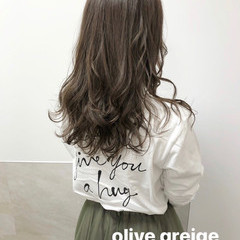 オリーブ オリーブベージュ ロング オリーブアッシュ ヘアスタイルや髪型の写真・画像