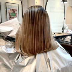 ホワイトベージュ ミディアム ベージュ アンニュイ ヘアスタイルや髪型の写真・画像