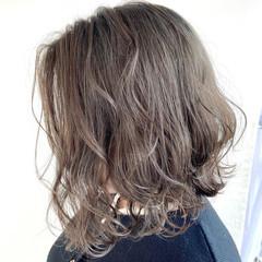 モード ミルクグレージュ シルバーグレージュ 切りっぱなしボブ ヘアスタイルや髪型の写真・画像