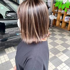 グレージュ コントラストハイライト 切りっぱなしボブ ストリート ヘアスタイルや髪型の写真・画像