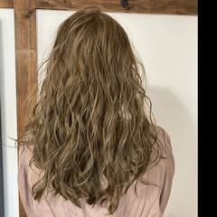 ブリーチオンカラー イルミナカラー コテ巻き風パーマ ヌーディベージュ ヘアスタイルや髪型の写真・画像