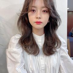 レイヤーカット センターパート セミロング 韓国風ヘアー ヘアスタイルや髪型の写真・画像