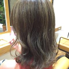 ハイライト くせ毛風 ミディアム 外ハネ ヘアスタイルや髪型の写真・画像