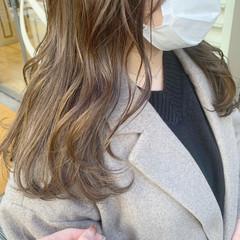 アッシュグレー ロング ハイライト ミルクティーベージュ ヘアスタイルや髪型の写真・画像