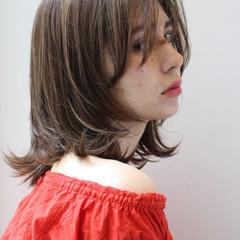 セミディ ナチュラル ミディアムレイヤー 伸ばしかけ ヘアスタイルや髪型の写真・画像