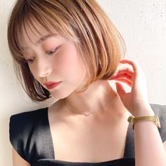 ミニボブ イヤリングカラー ヌーディベージュ デジタルパーマ ヘアスタイルや髪型の写真・画像