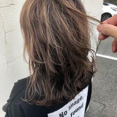 ウルフカット 外ハネ 大人ハイライト セミロング ヘアスタイルや髪型の写真・画像