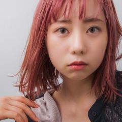 ナチュラル ベリーピンク 切りっぱなしボブ ブリーチ必須 ヘアスタイルや髪型の写真・画像