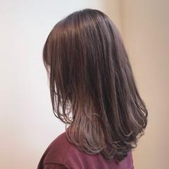 ブリーチなし セミロング ラベージュ ラベンダーアッシュ ヘアスタイルや髪型の写真・画像