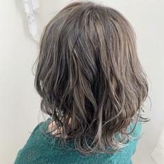 デザインカラー 極細ハイライト グレージュ ミルクティーグレージュ ヘアスタイルや髪型の写真・画像