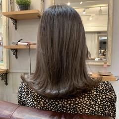 ハイライト ミディアム 外ハネ グレージュ ヘアスタイルや髪型の写真・画像
