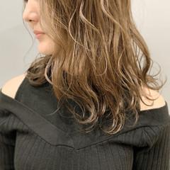 ミルクティーグレージュ ミルクティーベージュ セミロング ハイトーンカラー ヘアスタイルや髪型の写真・画像