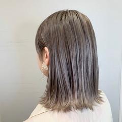外ハネ ミディアム ラベンダーグレージュ ブリーチカラー ヘアスタイルや髪型の写真・画像