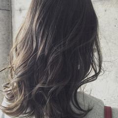 ミディアム ナチュラル アッシュベージュ グレーアッシュ ヘアスタイルや髪型の写真・画像