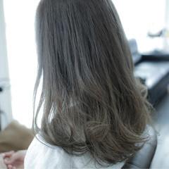 ミディアム グレージュ 暗髪 アッシュ ヘアスタイルや髪型の写真・画像