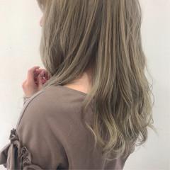 ハイトーン 波巻き 波ウェーブ ホワイトベージュ ヘアスタイルや髪型の写真・画像