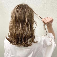 ハイライト セミロング ミルクティー コントラストハイライト ヘアスタイルや髪型の写真・画像