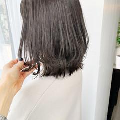 オリーブベージュ 切りっぱなしボブ ミディアム グレージュ ヘアスタイルや髪型の写真・画像
