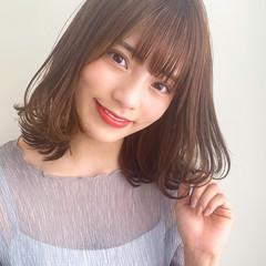 ミディアム フェミニン ナチュラルベージュ 前髪あり ヘアスタイルや髪型の写真・画像