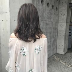 外国人風 雨の日 ハイライト ウェーブ ヘアスタイルや髪型の写真・画像