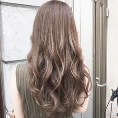 ミルクティーベージュ アッシュベージュ ミディアム ブリーチカラー ヘアスタイルや髪型の写真・画像