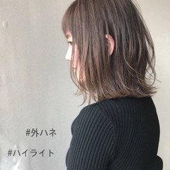 ミルクティーベージュ 外ハネ ボブ ハイライト ヘアスタイルや髪型の写真・画像