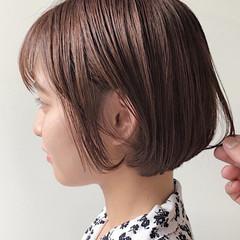 ショートボブ デート 切りっぱなしボブ ミルクティーベージュ ヘアスタイルや髪型の写真・画像