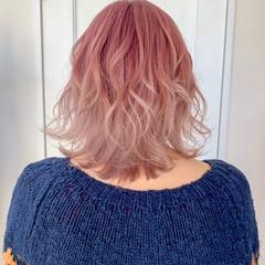 ミディアム ピンク ミディアムレイヤー ベリーピンク ヘアスタイルや髪型の写真・画像