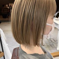 ベージュ ショートボブ ハイトーンカラー 切りっぱなしボブ ヘアスタイルや髪型の写真・画像
