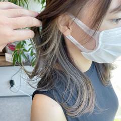 インナーカラーグレージュ イヤリングカラーベージュ インナーカラー セミロング ヘアスタイルや髪型の写真・画像
