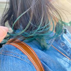 フェミニン ミディアム インナーカラー ターコイズブルー ヘアスタイルや髪型の写真・画像