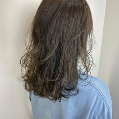 アッシュベージュ ミディアム ミルクティーベージュ ナチュラル ヘアスタイルや髪型の写真・画像