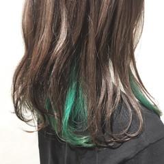 セミロング インナーカラーライム ストリート グリーン ヘアスタイルや髪型の写真・画像