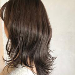 ミディアムレイヤー レイヤー グレージュ 外ハネ ヘアスタイルや髪型の写真・画像