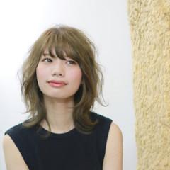 カーキ ベージュ フェミニン ミディアム ヘアスタイルや髪型の写真・画像