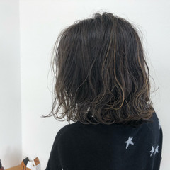 ミディアム 外ハネ アッシュグレージュ ストリート ヘアスタイルや髪型の写真・画像