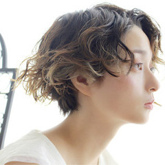 ショート アッシュ パーマ ハイライト ヘアスタイルや髪型の写真・画像