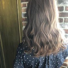 グレージュ ミルクティーベージュ ブリーチカラー セミロング ヘアスタイルや髪型の写真・画像