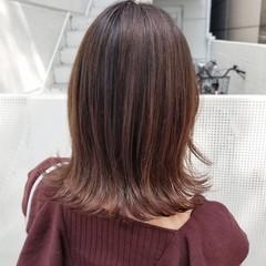 ミディアム フェミニン バレイヤージュ グレージュ ヘアスタイルや髪型の写真・画像