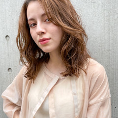 レイヤーカット ミディアム コテ巻き風パーマ 韓国ヘア ヘアスタイルや髪型の写真・画像