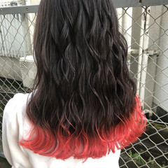 セミロング ピンク 赤髪 グラデーションカラー ヘアスタイルや髪型の写真・画像